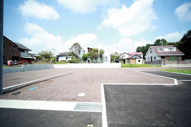 大月線・大淵街道に出やすい閑静な住宅街にある3区画分譲地