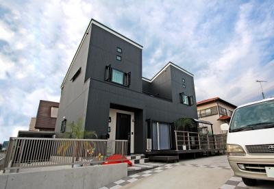 吹き抜けでゆるやかにつながる空間と個性的なデザインの家
