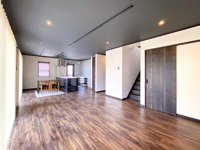 開放的なリビングと個性的なデザインの家
