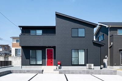 ブラックの外壁に赤いドアがかっこよく映えるモダンな家@富士宮